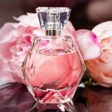 Botella de perfume con las flores en fondo oscuro Perfumería, cosméticos, colección de la fragancia foto de archivo