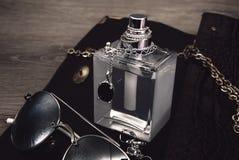 Botella de perfume con los accesorios Fotografía de archivo libre de regalías