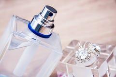 Botella de perfume con los accesorios Foto de archivo