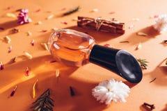 Botella de perfume con los ingredientes  imagenes de archivo
