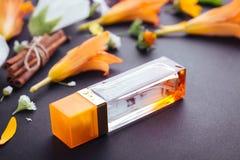 Botella de perfume con los ingredientes imágenes de archivo libres de regalías