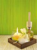Botella de perfume con una vela Imagenes de archivo