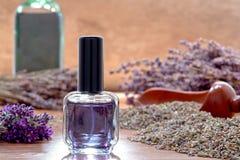 Botella de perfume de Aromatherapy con las flores de la lavanda Imagenes de archivo
