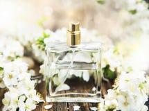 Botella de perfume de la flor Fotografía de archivo libre de regalías