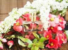 Botella de perfume de la flor Fotografía de archivo