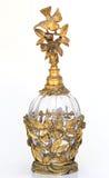 Botella de perfume de la vendimia del oro con el pájaro y el dogwood Imagenes de archivo
