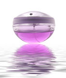 Botella de perfume de lujo con la reflexión del agua Fotos de archivo libres de regalías