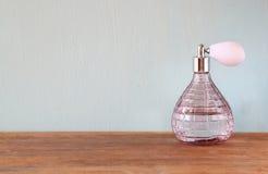 Botella de perfume del antigue del vintage, en la tabla de madera Foto de archivo libre de regalías