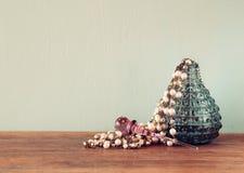 Botella de perfume del antigue del vintage, en la tabla de madera imagen filtrada retra Imagenes de archivo