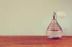 Botella de perfume del antigue del vintage, en la tabla de madera imagen filtrada retra Foto de archivo libre de regalías