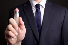 Botella de perfume en mano del hombre de negocios Fotos de archivo