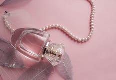 Botella de perfume en un fondo rosado Fotografía de archivo
