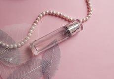 Botella de perfume en un fondo rosado Imagen de archivo libre de regalías