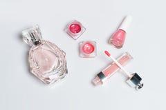 Botella de perfume, esmalte de uñas, lápiz labial De la moda todavía de la mujer vida Cosas femeninas del estallido en el fondo b Fotos de archivo libres de regalías