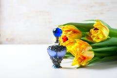 Botella de perfume lujosa con las flores en el fondo blanco Concepto femenino de la belleza Imágenes de archivo libres de regalías