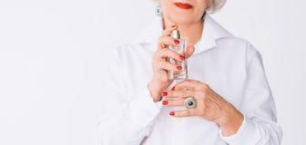 Botella de perfume mayor de la mujer de la fragancia de la elegancia foto de archivo libre de regalías