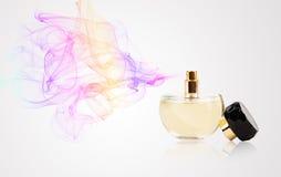 Botella de perfume que rocía olor coloreado foto de archivo libre de regalías