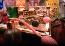 Botella de perfume retra y objetos apilados Imagen de archivo