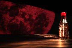 Botella de perfume roja Imagenes de archivo