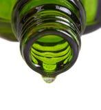 botella de petróleo aromatherapy y gota del petróleo Imagenes de archivo