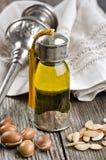 Botella de petróleo y de frutas del Argan Foto de archivo libre de regalías