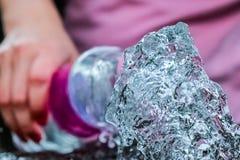 Botella de relleno con agua fotografía de archivo libre de regalías