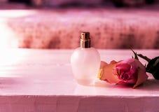 Botella de rosa del parfume y del rosa para el regalo Cierre para arriba imagen de archivo libre de regalías