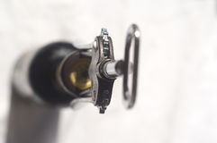 Botella de sacacorchos del sommelier del vino Fotos de archivo libres de regalías