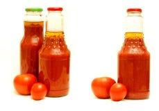 Botella de salsa de tomate y de tomates imagenes de archivo