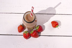 Botella de smoothie sano de la fresa en el fondo blanco Imagenes de archivo