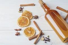 Botella de tinte alcohólico fresco con el canela, pimienta, anaranjada Fotografía de archivo