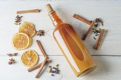 Botella de tinte alcohólico fresco con el canela, pimienta, anaranjada Imagenes de archivo