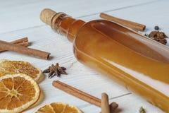 Botella de tinte alcohólico fresco con el canela, pimienta, anaranjada Foto de archivo