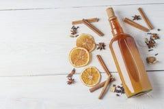 Botella de tinte alcohólico fresco con el canela, pimienta, anaranjada Imagen de archivo