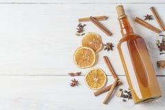 Botella de tinte alcohólico fresco con el canela, pimienta, anaranjada Fotos de archivo libres de regalías