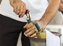 Botella de vino abierta de Using Corkscrew To del camarero Imagen de archivo