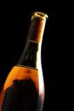 Botella de vino aislada en negro Fotos de archivo libres de regalías