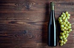 Botella de vino blanco y de uvas fotos de archivo libres de regalías