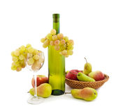Botella de vino blanco y de varias frutas Fotografía de archivo libre de regalías