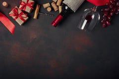 Botella de vino, caja de regalo, uvas rojas, sacacorchos y corchos, en el ru foto de archivo libre de regalías