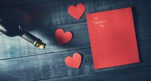 Botella de vino con día del ` s de la tarjeta del día de San Valentín de los corazones Fotos de archivo
