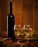 Botella de vino con dos vidrios de vino blanco Fotos de archivo libres de regalías