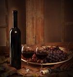 Botella de vino con dos vidrios de vino rojo Fotos de archivo libres de regalías