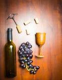 Botella de vino con el sacacorchos en fondo de madera Imágenes de archivo libres de regalías