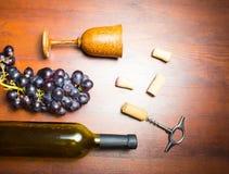 Botella de vino con el sacacorchos en fondo de madera Imagen de archivo