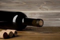 Botella de vino con el sacacorchos en fondo de madera foto de archivo libre de regalías