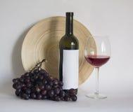 Botella de vino con el vidrio de vino de cabernet Fotos de archivo libres de regalías