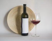 Botella de vino con el vidrio de vino de cabernet Foto de archivo