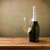 Botella de vino con el vidrio vacío Imagen de archivo