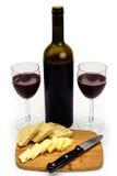 Botella de vino con la opinión angulosa del pan del queso de los vidrios Imagen de archivo libre de regalías